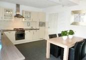 Geheel gemoderniseerd halfvrijstaand woonhuis met royale garage en tuin.