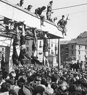 החולצות השחורות מפנים הפגנות של מתנגדי השלטון של מוסוליני