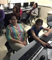 סבתא עדינה ואלה מתעדות סיפורים בחדר מחשב