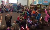 Kindergarten La ola del lago students singing