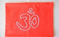 Simbolo Om em algodão laranja 22 cm X 21 cm