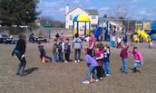 Los estudiantes jugando con su profesor.