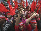 Bangladesh workers rally to demand safer working conditions and death penalty for owner of collapsed factory as death toll passes 400