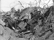 Soldaten in loopgraaf