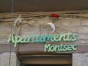 Cartel puerta de entrada a Apartaments Montsec