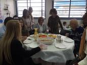 השר אבי גבאי נהנה מארוחת בוקר מזינה בכיתה א' 2