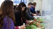 תלמידי כיתה ז נהנים מארוחת בוקר שהכינו חבריהם