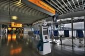 Robot 'Spencer' gaat KLM-passagiers op luchthaven Schiphol begeleiden