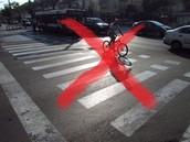אסור לרכוב על אופניים בעת חציה במעבר חצייה