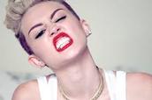 Miley con su lápiz de labios rojo