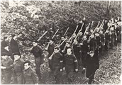 חיילים נאצים הולכים בשיירה