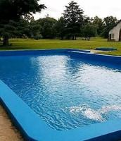 Piscina de aguas azules