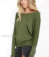 Camiseta de manga larga verde con los pantalones vaqueros rasgados