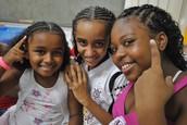 Niños, adolescentes y familias que expresan comportamientos prosociales