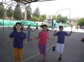 ילדים קופצים בדילגית