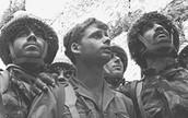 חיילי חטיבת הצנחנים במעמד שיחרור הכותל, בצילום שהפך לאחד מסמלי המלחמה