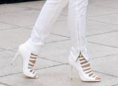 Los zapatos blancos cuestan $40 dólares.