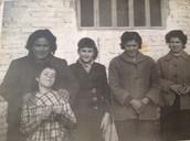 Mi abuela junto con sus compañeras delante de la fábrica
