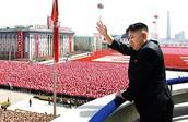 קים ג'ונג-און מנופף לשלום אל המוני תושביו