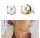 Dorthy Studs (large pearl)