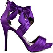 Los zapatos sandalia de tacón