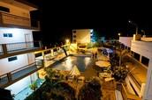 Vista nocturna de piscina (Area RIO)