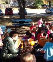 Los estudiantes examinan las calabazas y registraron sus hallazgos.