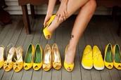 Ella tiene zapatas amarillas