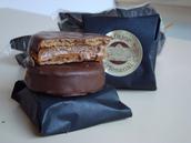 Alfajaros rellenos de delicioso manjar  bañados en chocolate