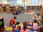 Los estudiantes de 4° grado ayudaron a P-k durante el tiempo de biblioteca.