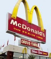 """שירותי ה""""מק - דרייב"""" המאפשרים קניית המוצרים עם הרכב מחלון הסניף"""