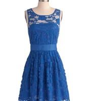 El vestido azul cuesta $30 dólares.
