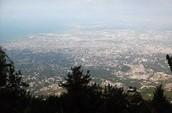 הנוף של פורט-או-פרנס מהרים הסובבים את העיר