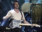 Juan tocando la guitarra electronica