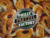 Coman el pretzel en la factoría pretzel de philadelphia.