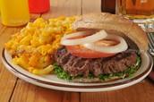 Los macarrones con queso y la hamburguesa(638 seiscientos treinta y ocho pesos)