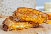 Sándwich tostado de queso.