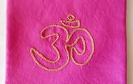 Simbolo Om em algodão, rosa velho  22cm X 21cm