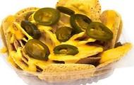 nachos con queso y jalapeño