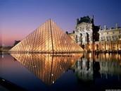 Le Louvre est similaire au Smithsonian Institution.