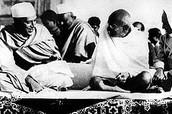 מהטמה גנדי, המוכר כאבי האומה ההודית - מימין