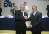DIRECTOR EJECUTIVO DEL CENTA ENTREGA GALARDÓN SIADES A INGENIERO AGRÓNOMO DEL AÑO 2013