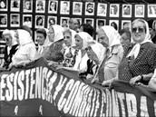 Cada Madre y Abuela marchaba cada jueves con su pañuelo de tela blanca en su cabeza; hasta el día de hoy marchan con su histórico símbolo