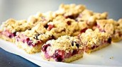 Tripple berry crumble bars