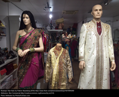 What does sari clothes look like?