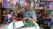 Дедушка читает