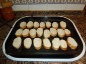 Col·locam el pa a una llauna