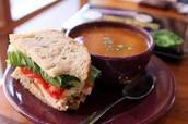 El sándwich con la sopa (5.530 cinco mil quinentos treinta y cinco pesos)