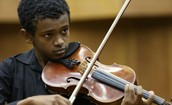 ילד מנגן בכינור