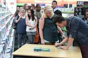 Nielson tekent handtekeningen uit!